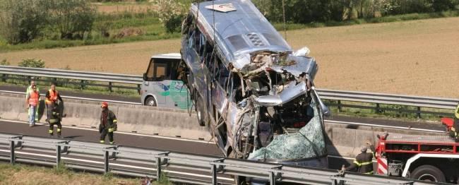 Padova, pullman esce di strada: 5 morti e 18 feriti