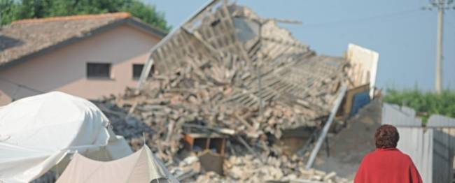 Emilia martoriata: 16 morti e la terra trema ancora -