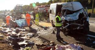 Incidente sull'A1, furgone contro autocarro: 6 morti