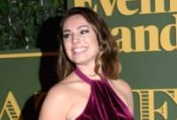 Kelly Brook: sorriso disperato e abito che cede al vento sul red carpet