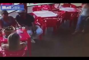 Trova il fidanzato seduto con un'altra al bar: la scappatella costa cara e finisce male. Video